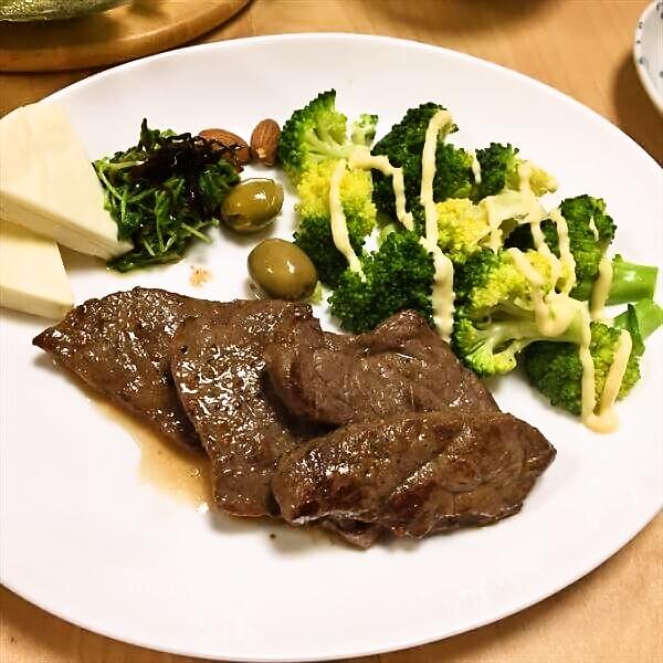 ブロッコリーとステーキの図